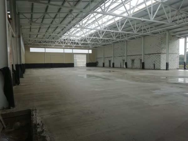 Промышленный бетонный пол в производственном помещении