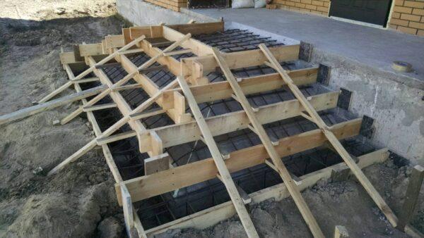 Влаштування вхідних бетонних сходів